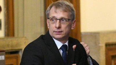 Не Министерството на образованието и науката, а пандемията затваря училища, заяви министър Денков
