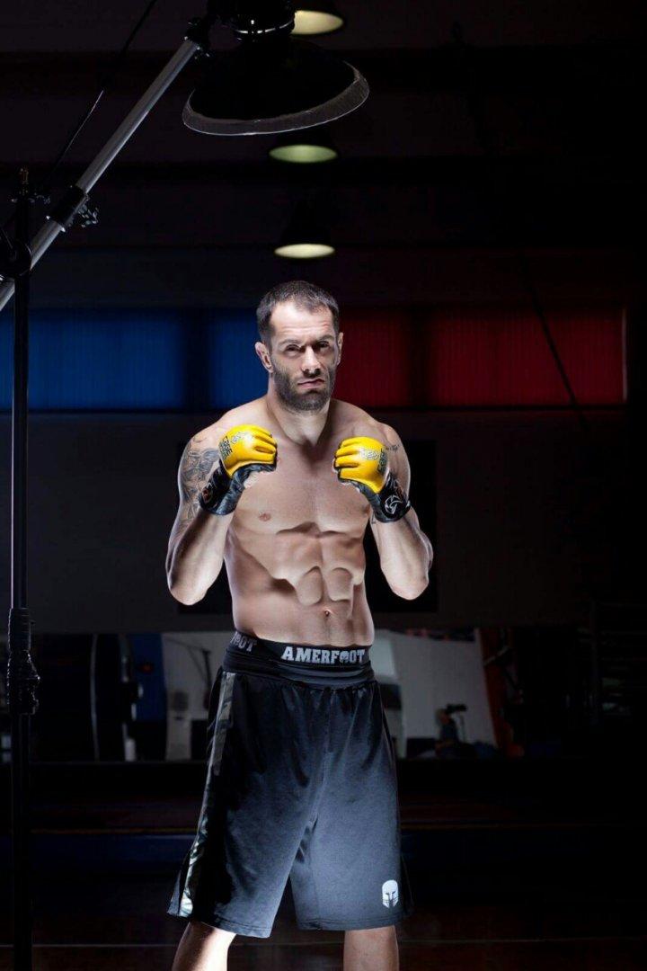 Деян Топалски е притежателна шампионския пояс на организацията в категория до 84 кг. в ММА