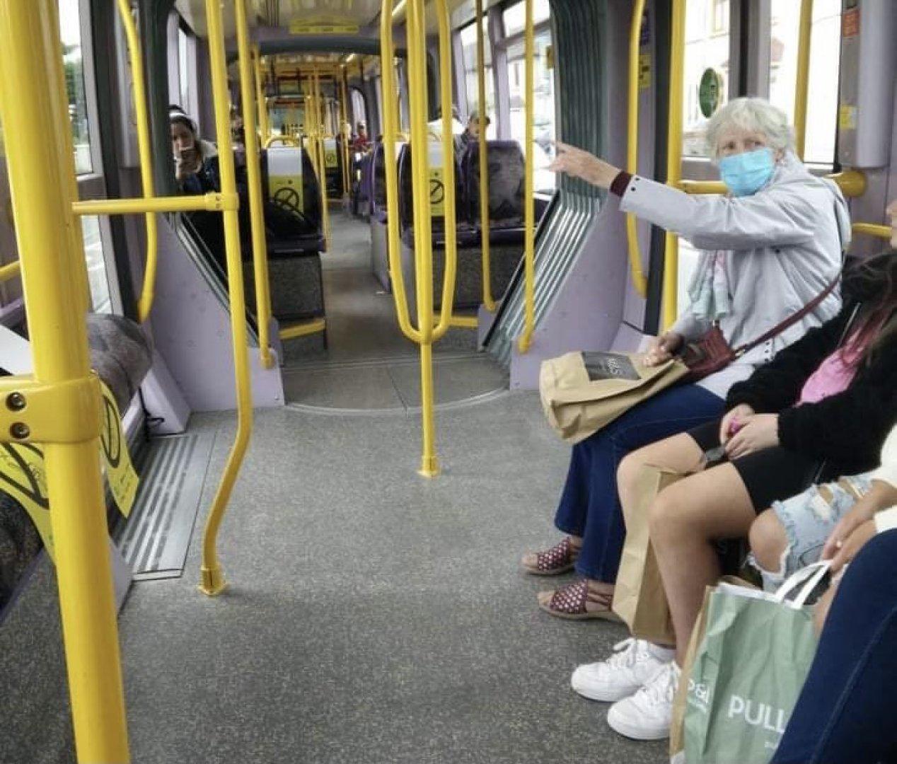 Месеци наред предпазните маски са задължителни в обществения транспорт. Снимка Лора Димитрова
