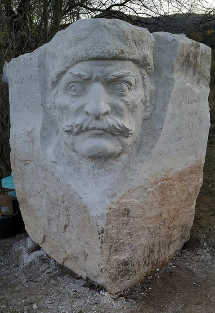 Бюстът на Филип Тотю е дело на Атанас Стоянов