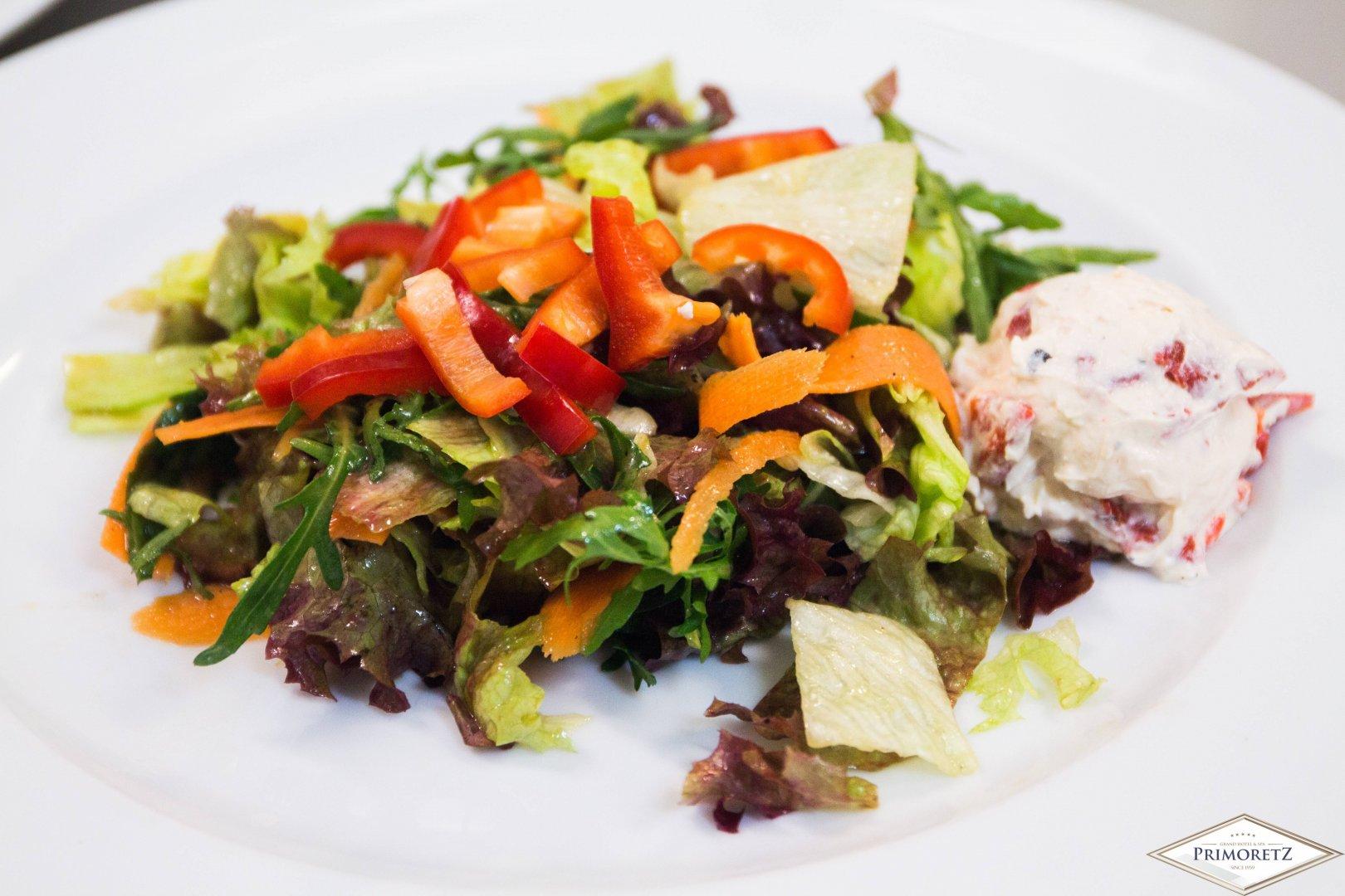 В менюто са включени салата и основни ястия