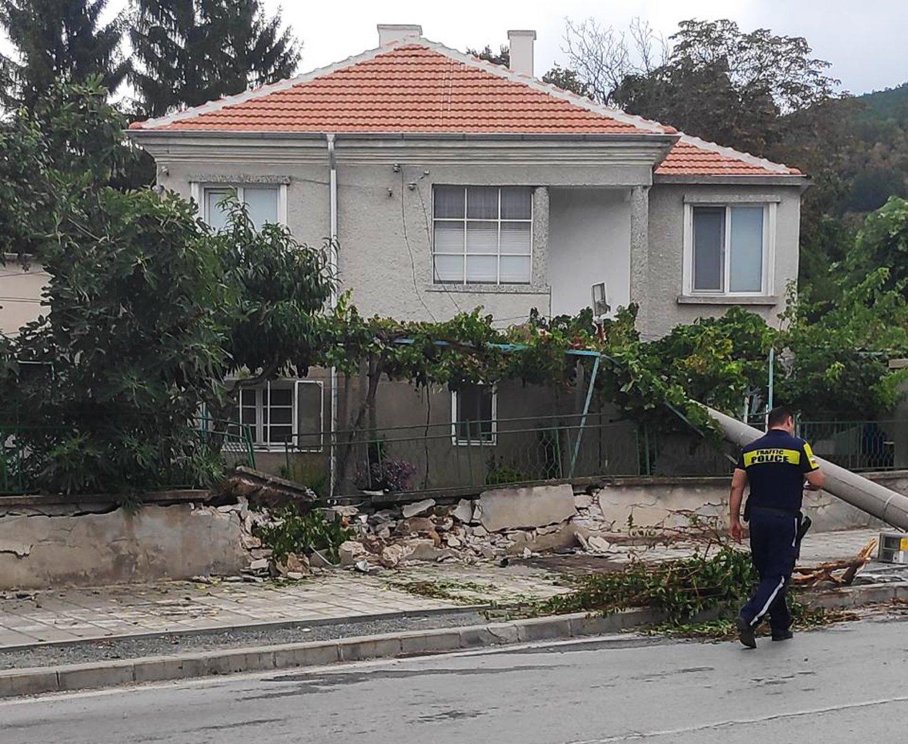 Уличният стълб съборил ограда на една от къщите в селото. Снимки Атанас Калфов