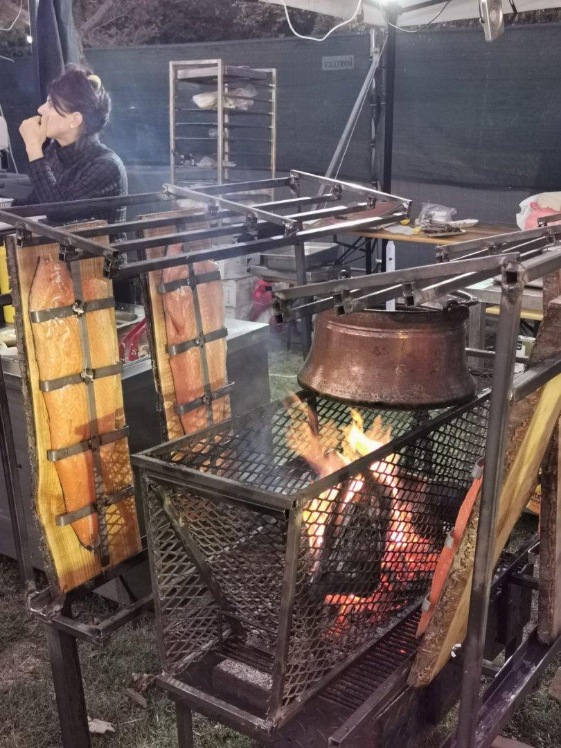 Големите парчета сьомга се приготвят по този нетрадиционен начин. Снимки Черноморие-бг