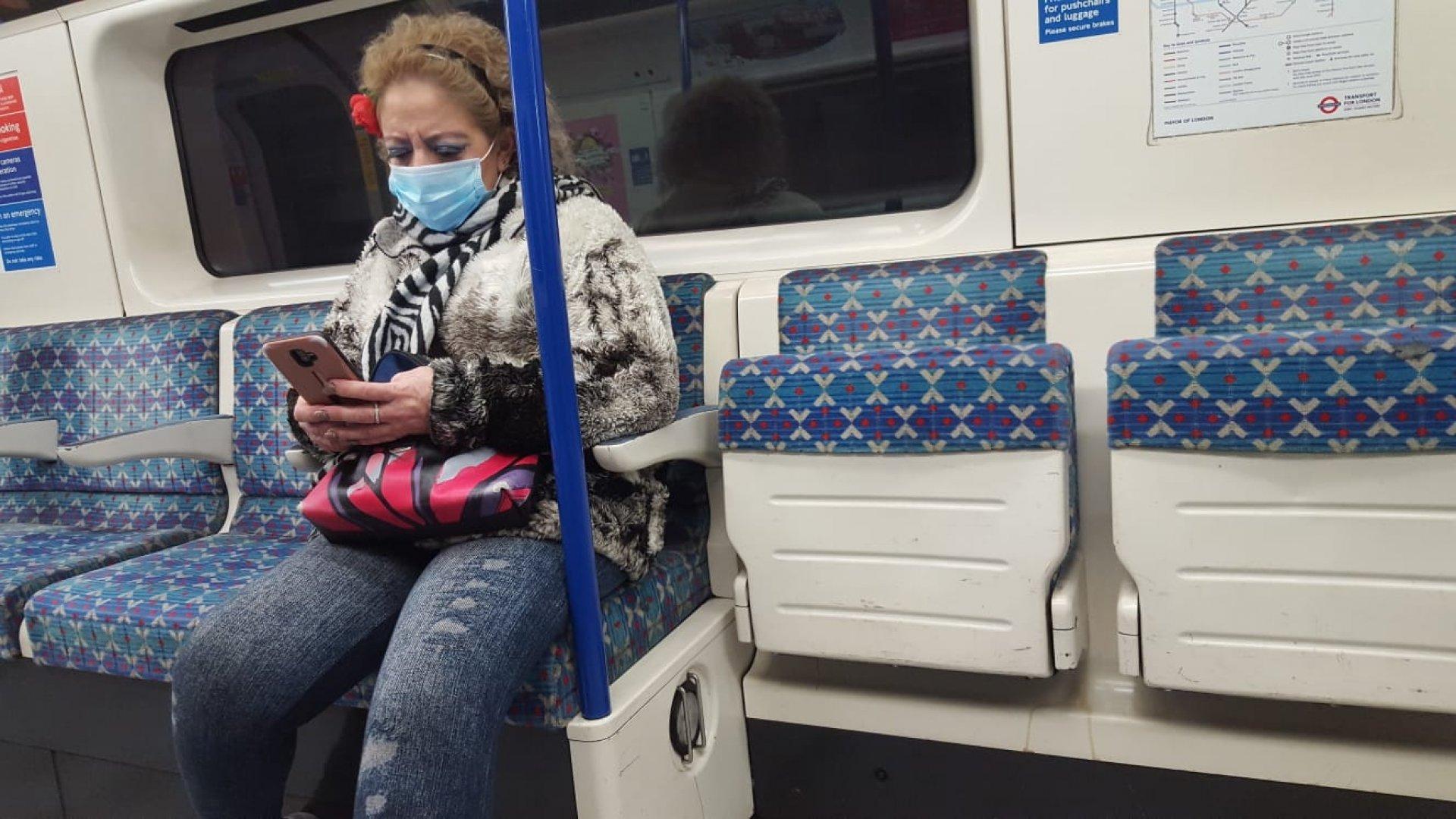 В метрото броят на пътниците в час пик сутрин силно е намалял. Снимки Христо Петров