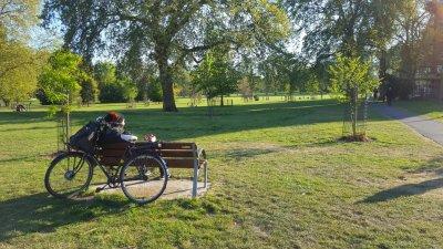 Парковете във Великобритания са отворени, но не е препоръчително да се сяда. Снимки Христо Петров