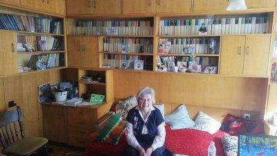 Вена Манцарова обича да чете, а 24-ти май е най-хубавият за нея празник. Снимка Елена Ясенова