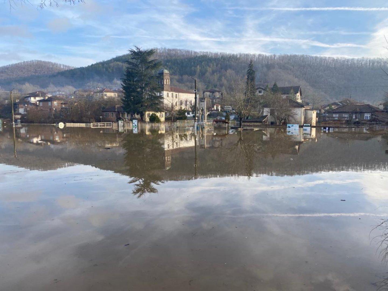 Центърът, улиците и къщите на хората в Кости са под вода. Снимки Черноморие-бг