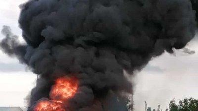 Черните облаци дим се стелеха нац стадиона и стигнаха до центъра на града. Снимка Стоян Апостолов