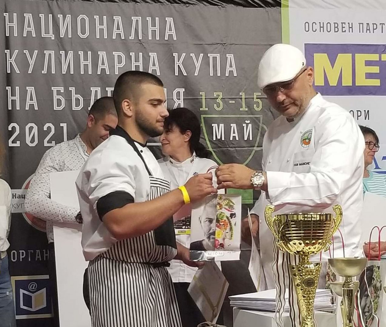 Шеф Иван Манчев връчи наградите на отличените. Снимки ПГТ