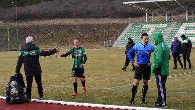 Дебют за мъжкия отбор направиха трима юноши на клуба – близнаците Коста и Генчо Далеви и вратарят Мехмедимин Адем. Снимки ПФК Нефтохимик