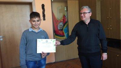 Директорът на гимназията Виктор Григоров поздрави учениците за успехите им