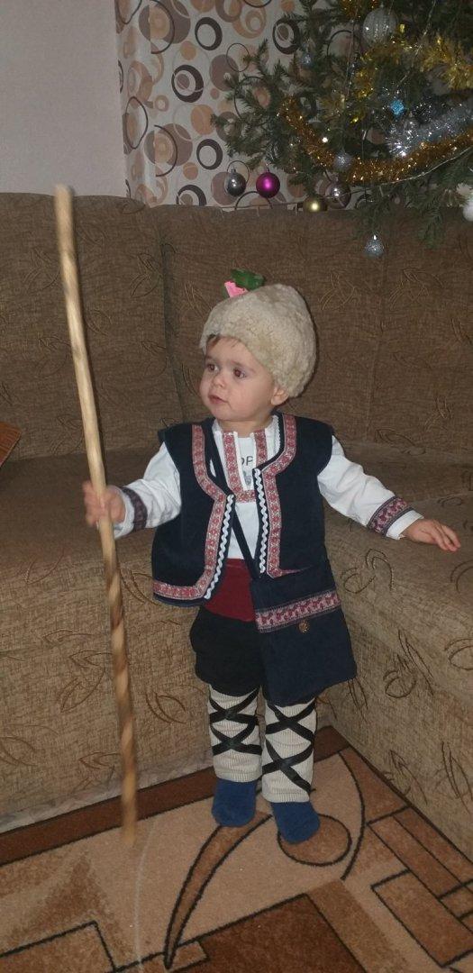 Георги от Баня позира за снимка облечен в народна носия
