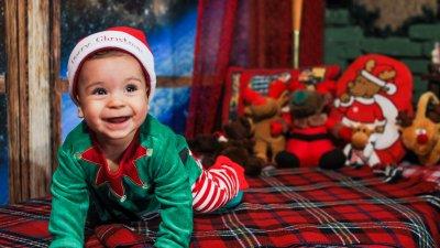 Андрей позира с усмивка за своята празнична фотосесия