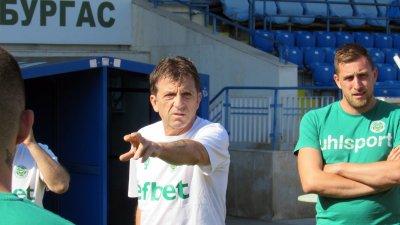 Красимир Мечев (в средата) сключи договор с клуба за следващия футболен сезон. Снимка ПФК Нефтохимик