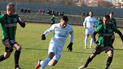 Всички шест гола в мача бяха реализирани през второто полувреме. Снимки ПФК Нефтохимик