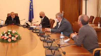 Не искам да има недостиг на линейка, лекарство, легло, заяви премиерът Бойко Борисов (в средата). Снимка Министерски съвет