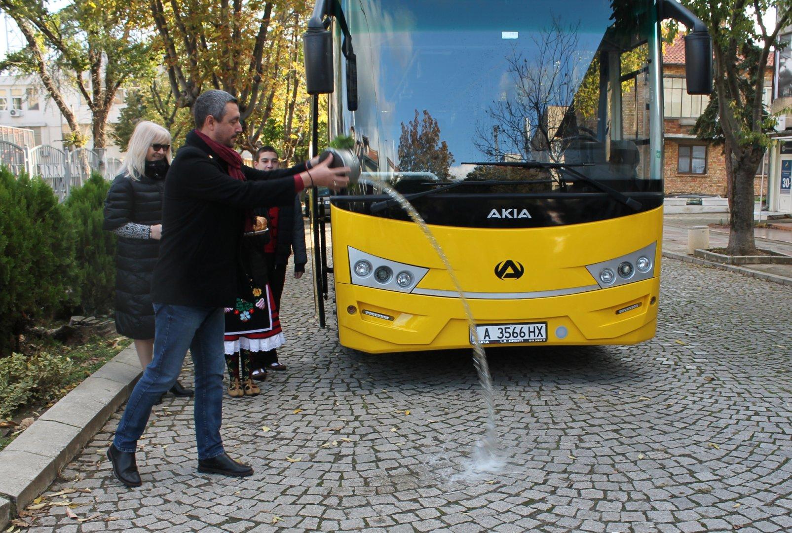 Новият автобус вече ще се ползва за нуждите на училището в Царево. Снимки Община Царево