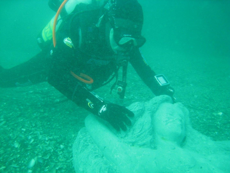 Водолазите свалиха статуята на русалката на морското дъно