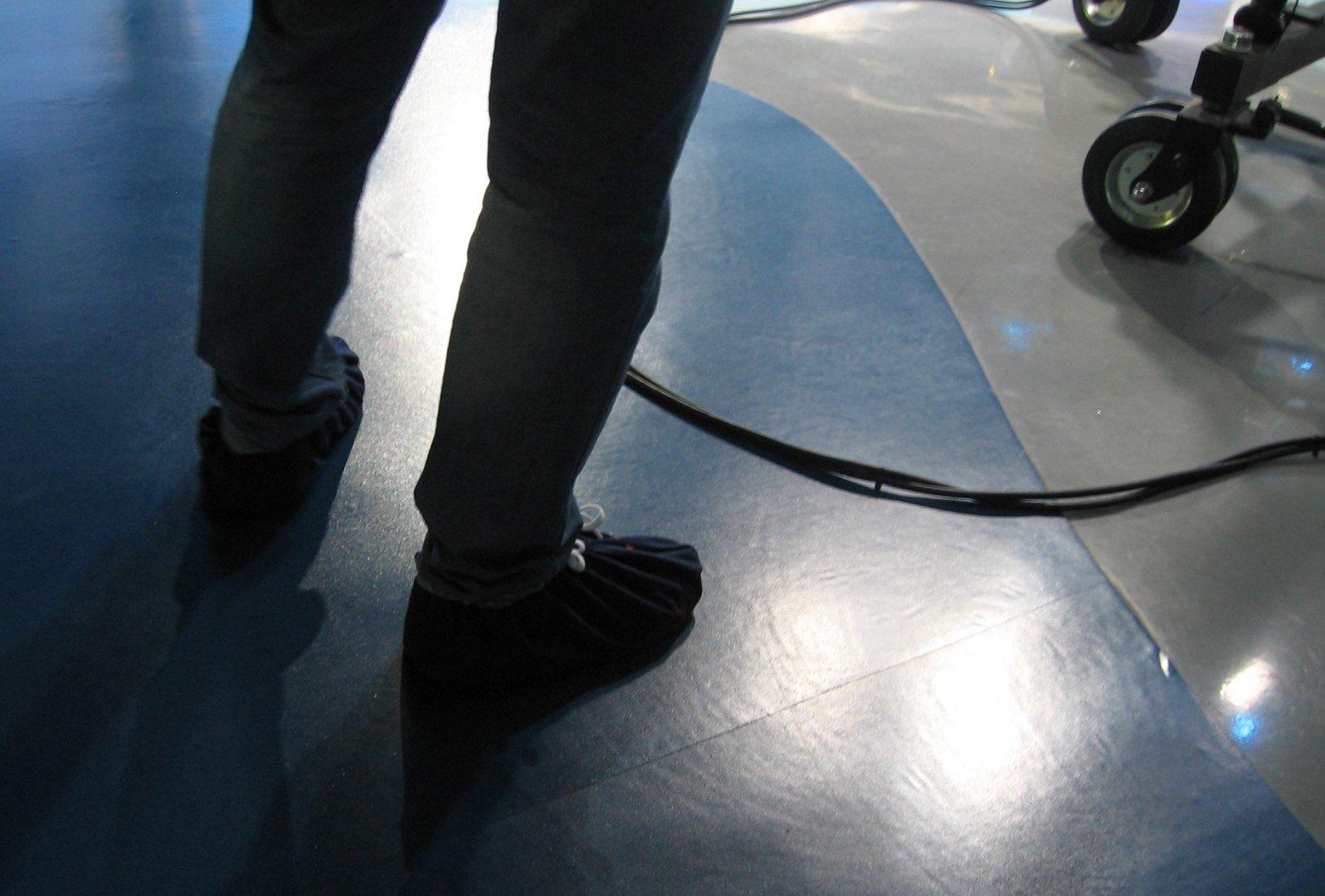 Всички работещи в телевизията се събуват на входа, оставят обувките в шкафчето си и обуват калцуни тип терлички. Снимки Авторът