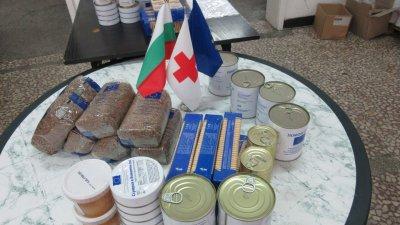 Пакетите ще бъдат раздавани по график, изготвен от Българския червен кръст – партньорската организация, която осъществява кампанията. Снимка Архив