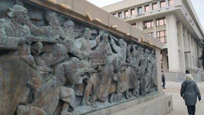 Незнайният автор е украсил паметника явно през нощта. Снимки Черноморие-Бг