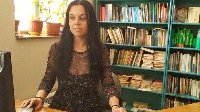 Мария Мутафчиева работи от четири години като библиотекар специалист. Снимка Черноморие-бг