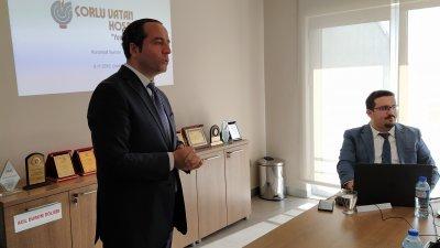 Сонер Еркан (вляво) - управител на болницата представи възможностите за лечение. Снимки Авторът