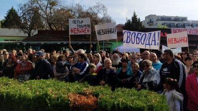 Жителите на Несебър посрещнаха с плакати кмета Димитров. Снимки Авторът