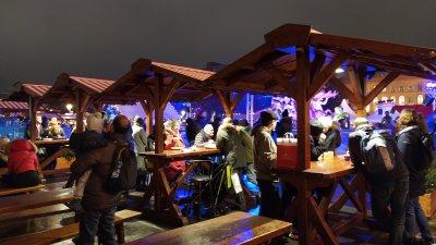Вкусна храна и греяно вино, което сгрява в студените вечери привличат посетителите на коледните базари. Снимки Авторът