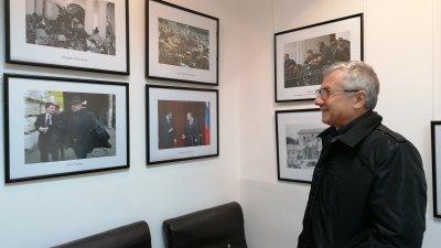 Фотоизложба 30 години в 100 кадъра проследява хрониката на прехода на страната ни. Тя е експонирана в галерия 13-то стъпало на улица Александровска №78 в Бургас. Снимки Лина Главинова