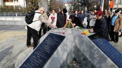 Венци и цветя бяха поставени пред паметника на жертвите от комунистическия режим. Снимки СДС Бургас
