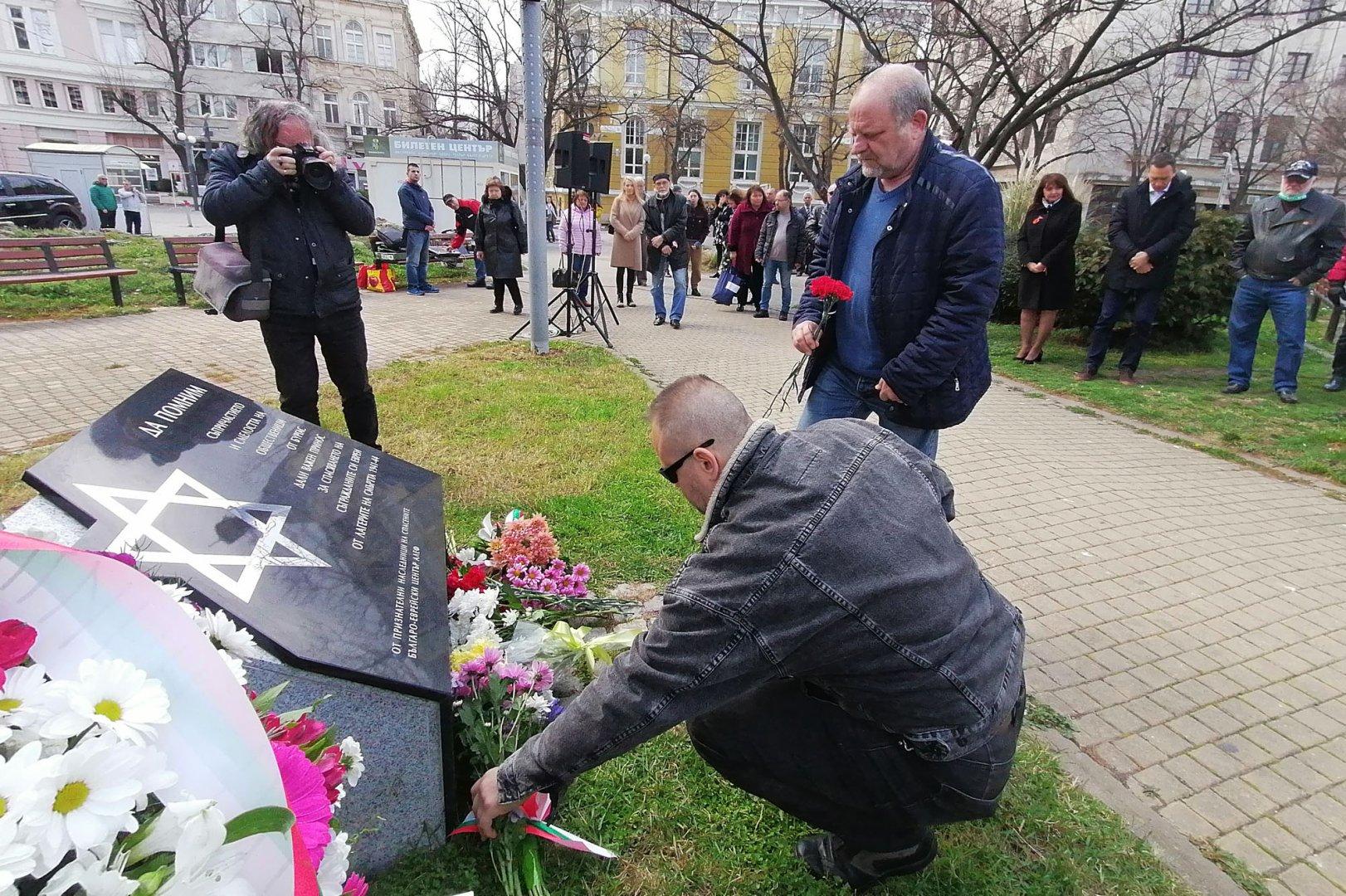 Бургазлии почетоха Деня на спасяването на българските евреи от Холокоста - 10-и март, като поднесоха цветя на паметната плоча в градинката до Часовника. Церемонията бе организирана от Центъра за еврейско-българско сътрудничество Алеф. Снимки Лина Главинова