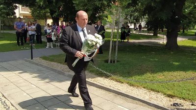 Кметът на Община Средец Иван Жабов постави цветя в памет на Христо Ботев. Снимки Черноморие-бг