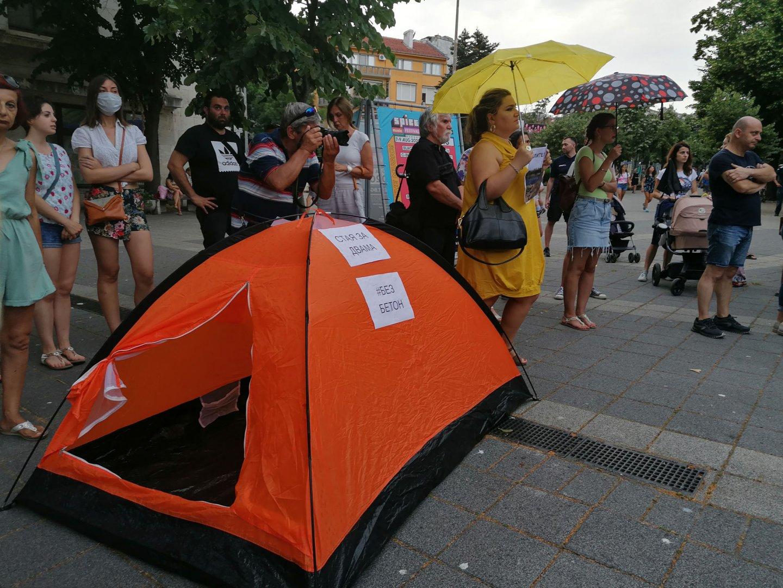 Близо 200 души протестираха под Часовника в центъра на Бургас срещу безобраията с българската природа. С плакати Вън бетона от закона, Искаме природа, не искаме бетон, Море, а не бетон!, Природата няма глас, но има нас, бургазлии се включиха в националния протест Долу ръцете от морето, планините и реките!, който се проведе в още 13 града в страната. Организатори на събитието в Бургас са Българска фондация Биоразнообразие, Зелена Странджа и Море без бетон. Снимки Черноморие-бг