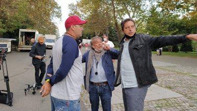 Теодор Ушев (вдясно) коментира с оператора Емил Христов (в средата) началото на снимачния ден пред Пантеона. Снимки Авторът