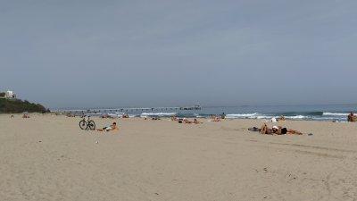 Необичайното топлото за сезона време привлича през последните дни желаещи да плажуват