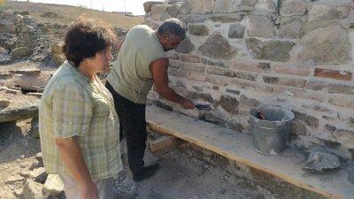 Консервацията има за цел да съхрани откритите зидове и стени, обясни Красимира Костова. Снимки Авторът