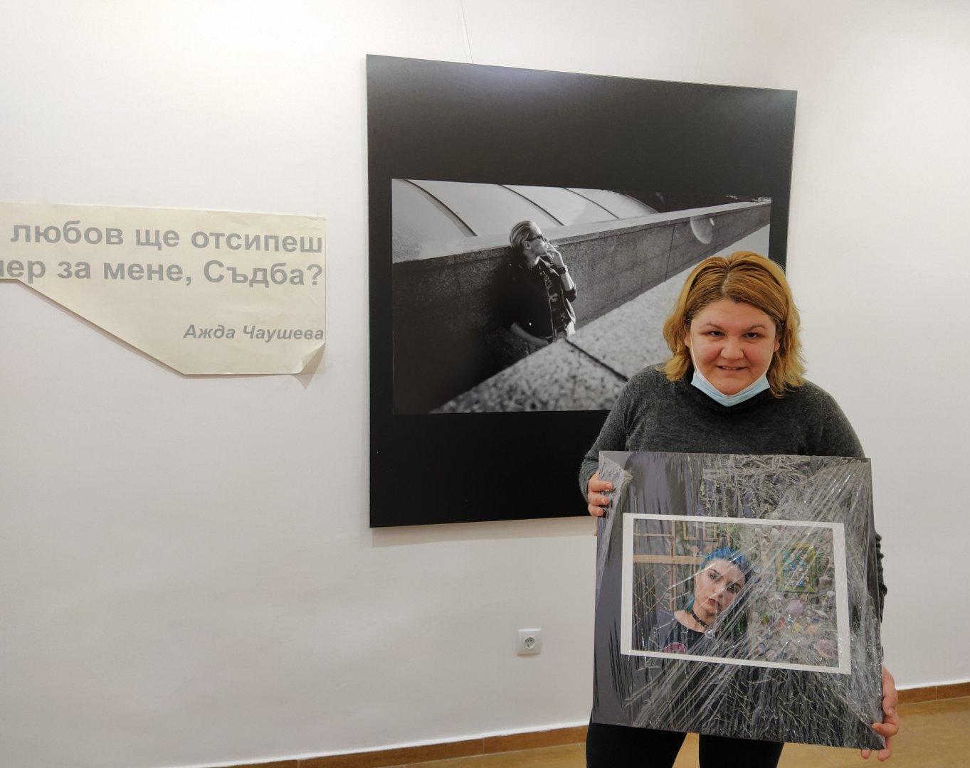 Павлина Иванова показва 11 снимки в първата си самостоятелна изложба. Снимки Авторът
