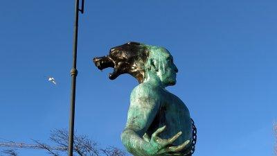 Скулптурата завършва с глава на мъж и вълк