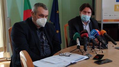 В момента във фризера на РЗИ няма нито един флакон с ваксина, обясни д-р Паздеров (вляво). Снимка Авторът