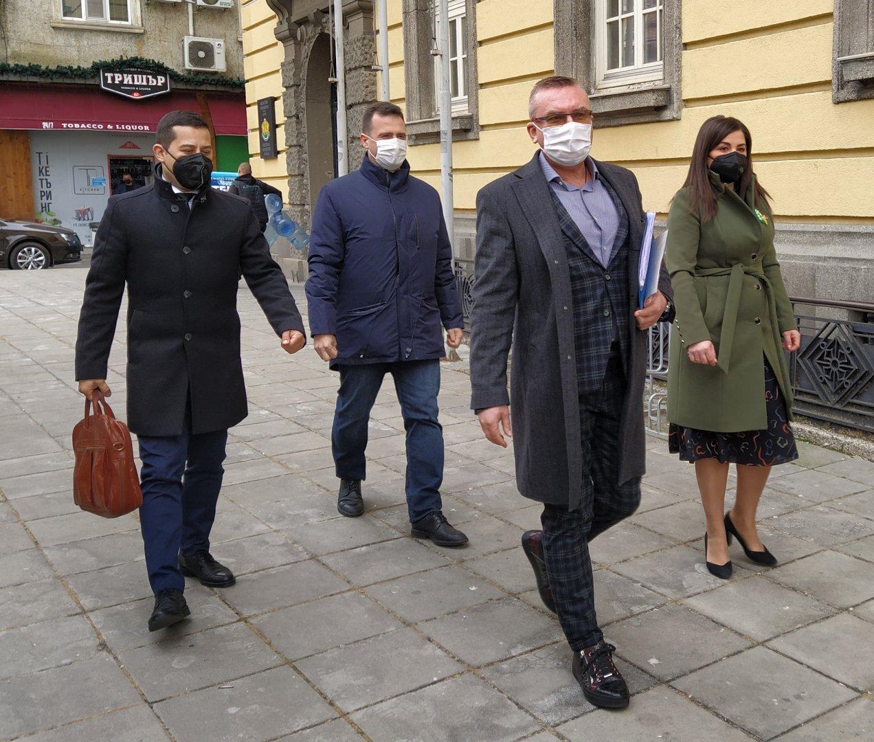 Димитър Бойчев (на преден план) регистрира листата на ГЕРБ във Втори многомандатен избирателен район Бургас. Снимки Авторът