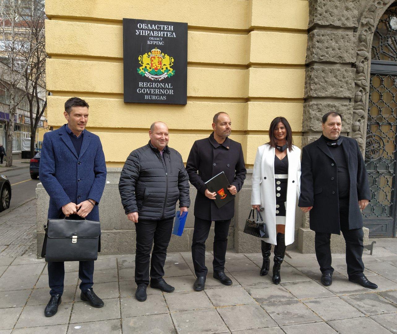 Георги Дракалиев - трети в листата (в средата) подаде документите за регистрация в РИК. Втори в листата е лидерът на СЕК - Георги Манев (вдясно). Снимка Авторът