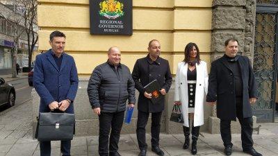 Георги Дракалиев (в средата) подаде документите в РИК. Втори в листата е лидерът на СЕК - Георги Манев (вдясно). Снимка Авторът