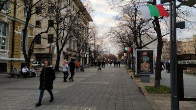 Знамената са закачени по осветителните стълбове на пешеходната улица Александровска