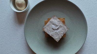 Баницата с ябълки сервирайте с купичка със сладолед. Снимки Chef Димитър Боев