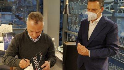 Кметът на Бургас Димитър Николов бе сред гостите на премиерата на книгата Опашката на Захари Карабашлиев. Снимки Авторът