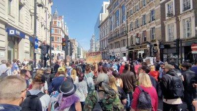Стотици хиляди се включиха във втория протестен митинг в Лондон. Снимки Христо Петров