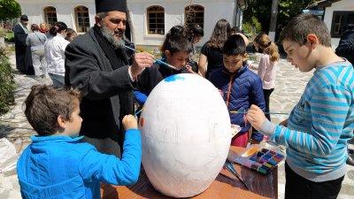 Децата рисуваха заедно със свещеника, който служи в църквата на манастира. Снимки Авторът