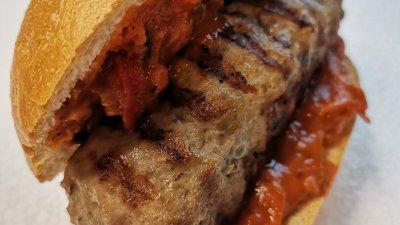 Готовите кебапчета може да сервирате в питка като хамбургер. Снимки Chef Димитър Боев