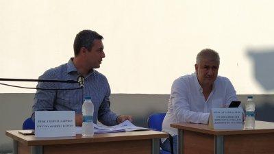 Кметът Георги Лапчев (вляво) и проф. Асен Балтов отговориха на въпросите по време на обсъждането. Снимки Авторът